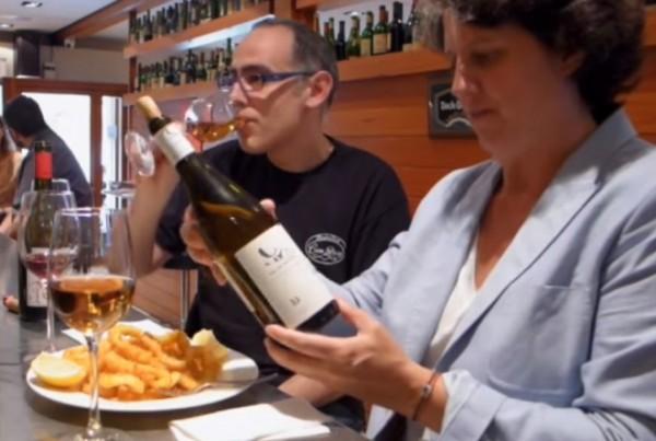 Manuel Angosto enseña la barra del Can Roca Vinos Compartidos