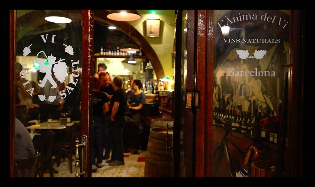 Ambiente en l'Ànima del Vi, el bar de vinos naturales de referencia en Barcelona